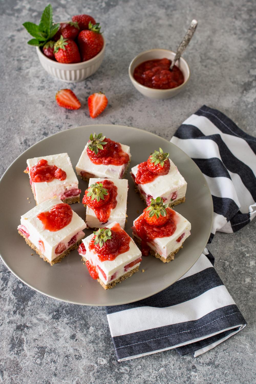 Erdbeer-Schnitten mit Joghurt | Leichter Sommerkuchen | Einfaches Rezept