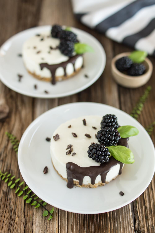 No-Bake Mini-Törtchen | Sommerliches Kühlschrank-Rezept mit Brombeeren und Schoko-Drip