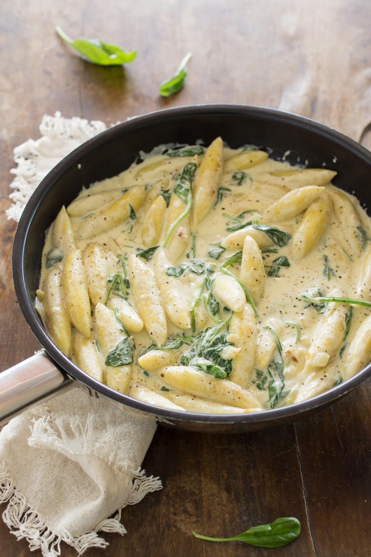 Schnelles Schupfnudel-Rezept: 15 Minuten Pfanne mit Spinat und einer cremigen Sauce
