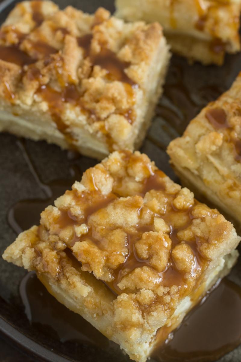 Apfel Cheesecake mit Streuseln und Karamellsauce