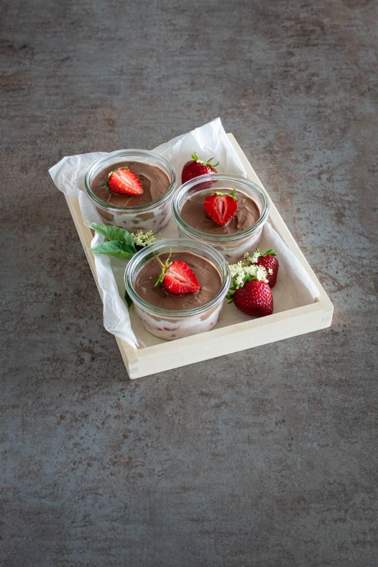 Sommerliches Schichtdessert mit Erdbeeren und Schoko