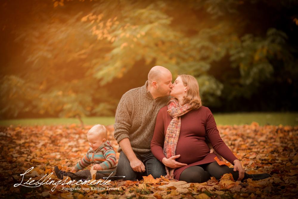 Familienfotos mit Babybauch in Ratingen  Cromfordpark  Lieblingsmomente  Fotografie von