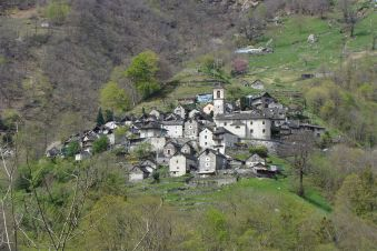 Blick aufs Bergdorf Corippo