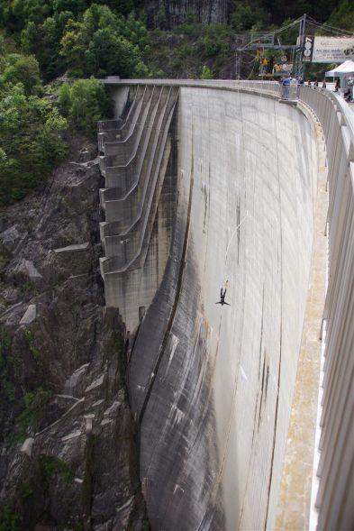 Bungee-Sprung vom Verzasca-Staudamm