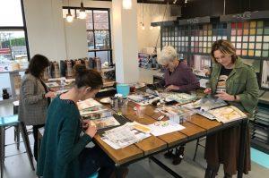deelnemers aan het werk bij de workshop kleur