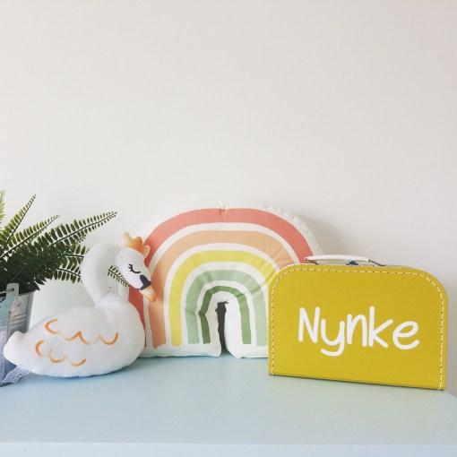 kinderkoffertje okergeel, kinderkoffertje, lettertype Nynke, regenboogkindje Nynke, liefsvanlauren.nl