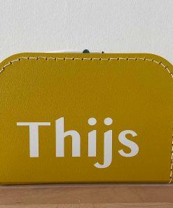 kinderkoffertje met naam, lettertype Thijs, kinderkoffertje okergeel, kinderkoffertje Thijs, liefsvanlauren.nl