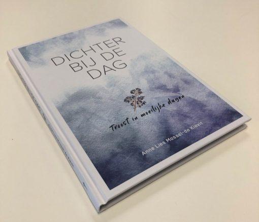 Dichter bij de dag, gedichtenbundel, Anne Lies Mossel, Christelijke gedichten, gedichten rouw, liefsvanlauren.nl