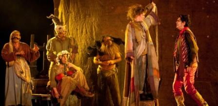 cena-da-peca-teatral-till-a-saga-de-um-heroi-torto-da-companhia-mineira-grupo-galpao-que-abriu-a-programacao-da-19-edicao-do-festival-de-teatro-de-curitiba-1268831227315_615x300