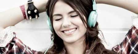 garota-ouvindo-musica-no-fone-de-ouvido