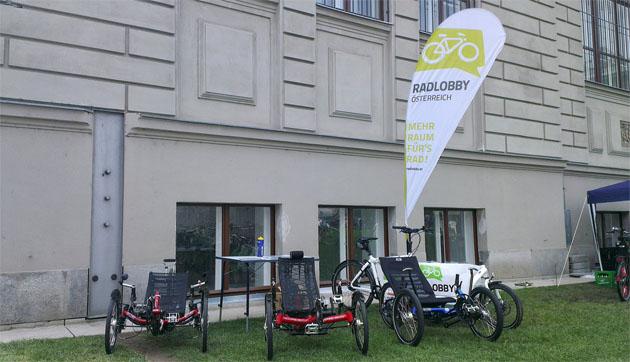 Dreiräder am MAK Garten
