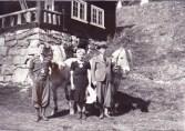 Halvor og Petra Lien med fjordinger ved Eldhuset, 1947