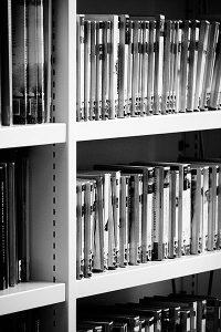 Een boekenkast met doktersromannetjes in de bibliotheek