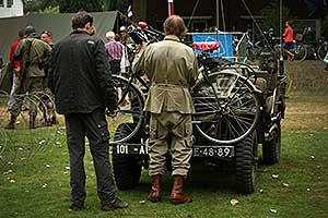 M'n fiets wordt achterop een Willys Jeep gemonteerd