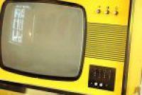 Een gele tv in de Seventees tentoonstelling in het Gorcums Museum