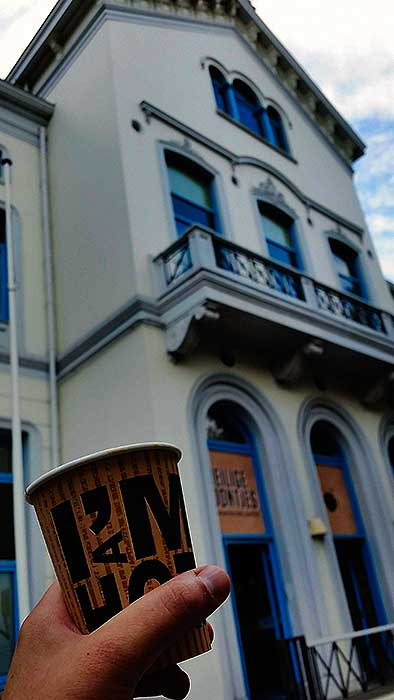 Koffiebar in voormalige hotel Emma.