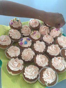 Cupcake traktatie school met springbal en Smarties