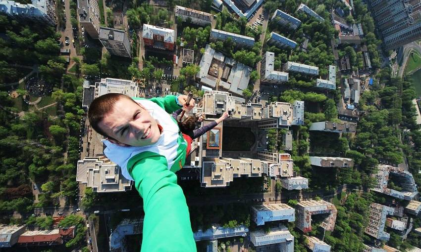 1-Teen Russian Skywalkers Climbing the World's Highest Buildings