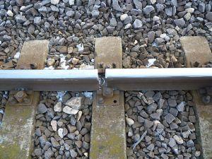 Broken rail. By Szerkesztő:Joliet Jake (Saját fénykép. Own photo.) [Public domain], via Wikimedia Commons