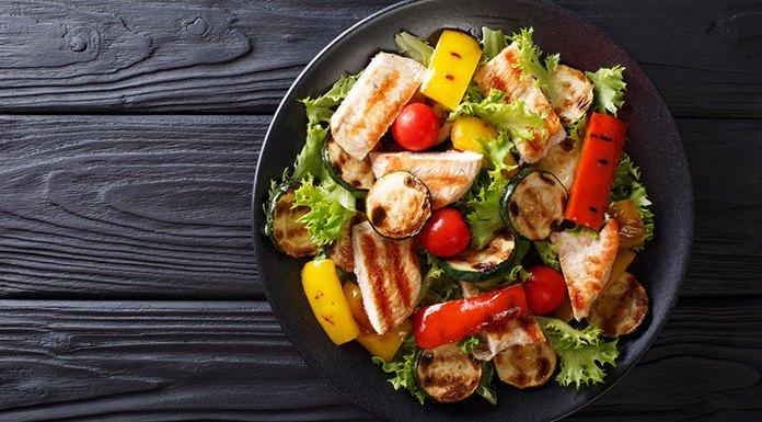 Dodatki do pieczonego mięsa – sprawdź najlepsze przekąski na grilla