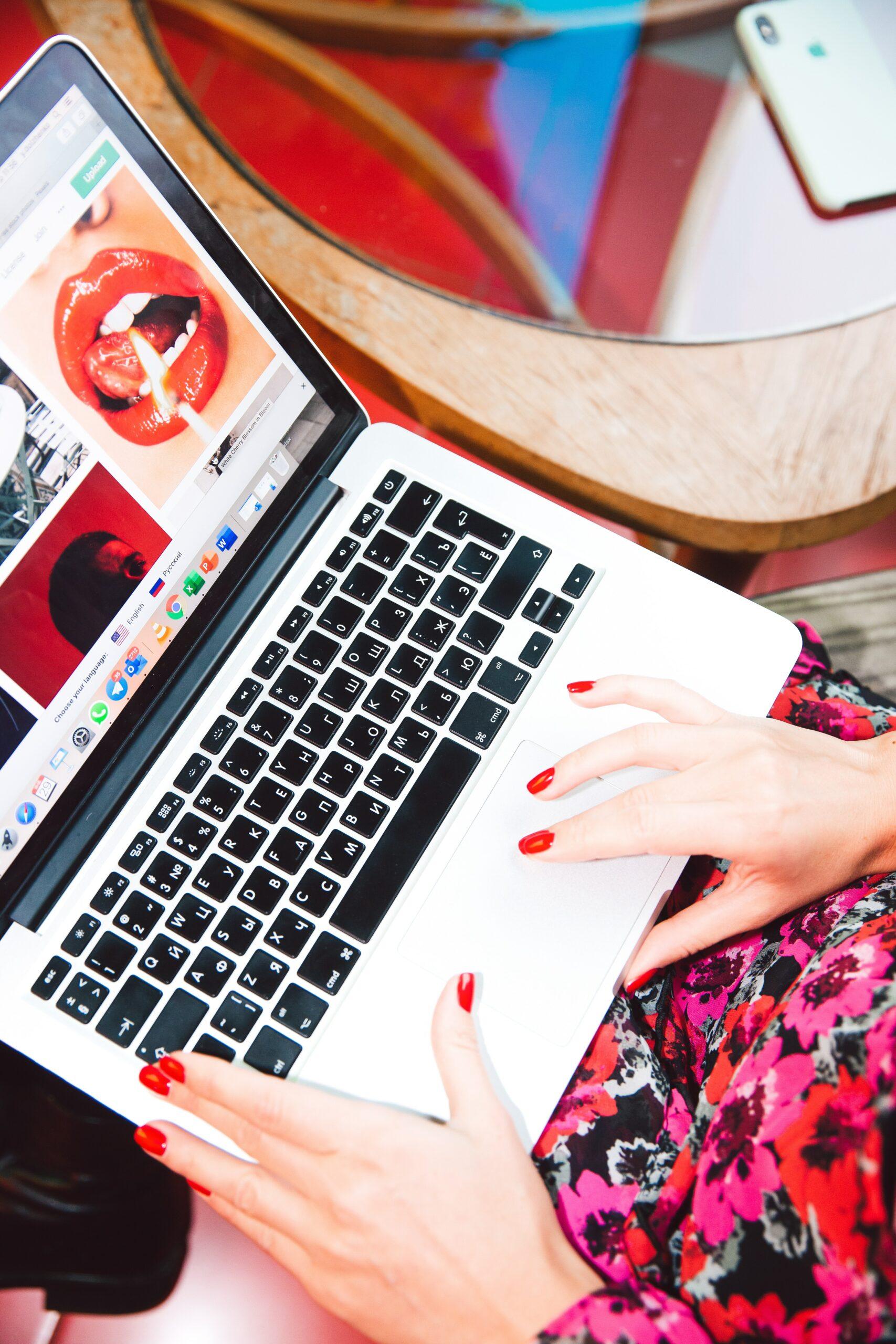 blogger_typing_social