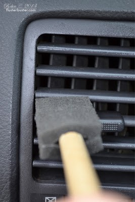 Ten ways to organize and clean your car! Foam brush to dust car vents