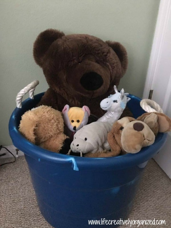 Here are 5 easy ways to store stuffed toys since kids seem to accumulate tons of stuffed toys that can be a challenge to keep neatly contained & organized!