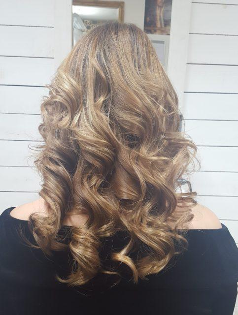 bouncy curls, god curls, wavy hair, hair, balayage, dark blonde, auburn, beach hair, shoulder length hair, big curls, highights, light brown, golden