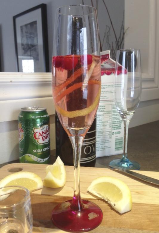 Cranberry Sparkler, cranberries, ginger ale, sparkling wine, lemon, holiday drink