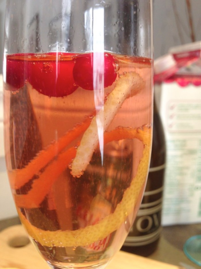Cranberry Sparkler, cranberries, ginger ale, sparkling wine, lemon, holiday drink