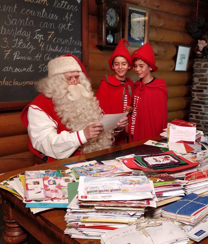 Babbo Natale con gli elfi per proteggere il clima