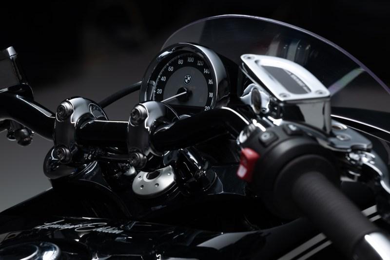 """BMW Motorrad. R18 Custom Questa volta Life is Passion vi porta nel mondo delle due ruote. Il motivo è semplice, anche perché la passione non fa differenza in base al numero delle ruote. Ma c'è anche un'altra ragione ben precisa, che ci ha incuriosito non poco. Si tratta delle moto """"customizzate""""."""