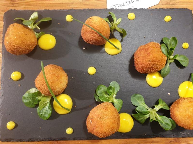 LE RICETTE DI MIKI CARRIAGE: Polpette di salmone all'erba cipollina con crema di papate e curcuma e foglie di valeriana