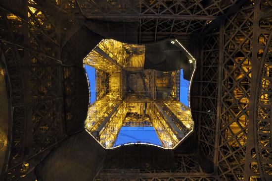 Tháp Eiffel ở Paris bản quyền Bob Borson 2010
