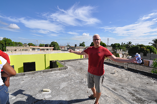 Bob Borson on the roof of Colegio Crisitano Marileidy