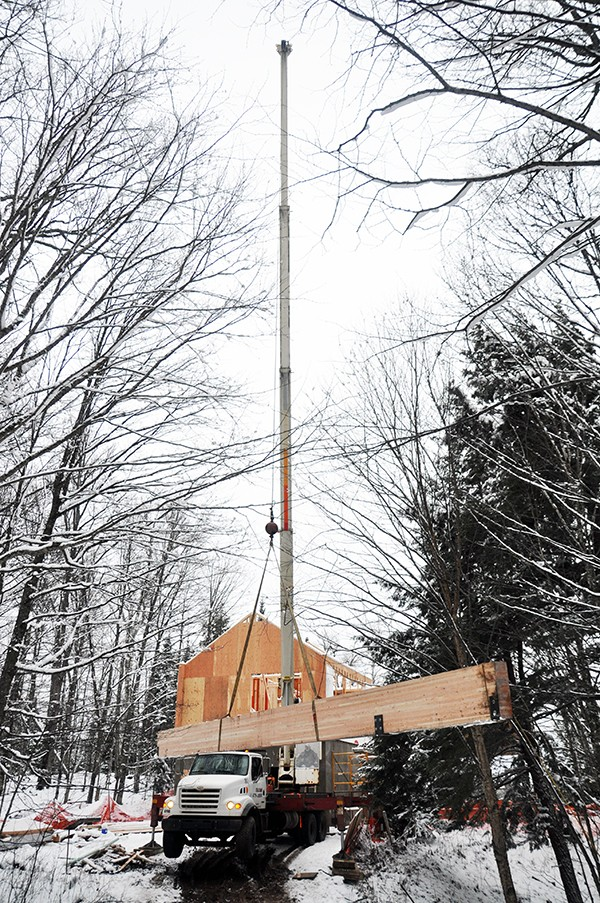 Cabin lifting the glulam over the cabin