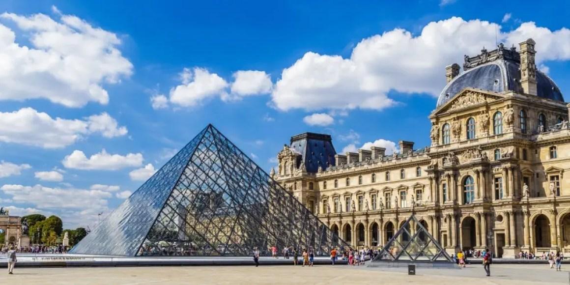 Вход в Лувр в Париже.