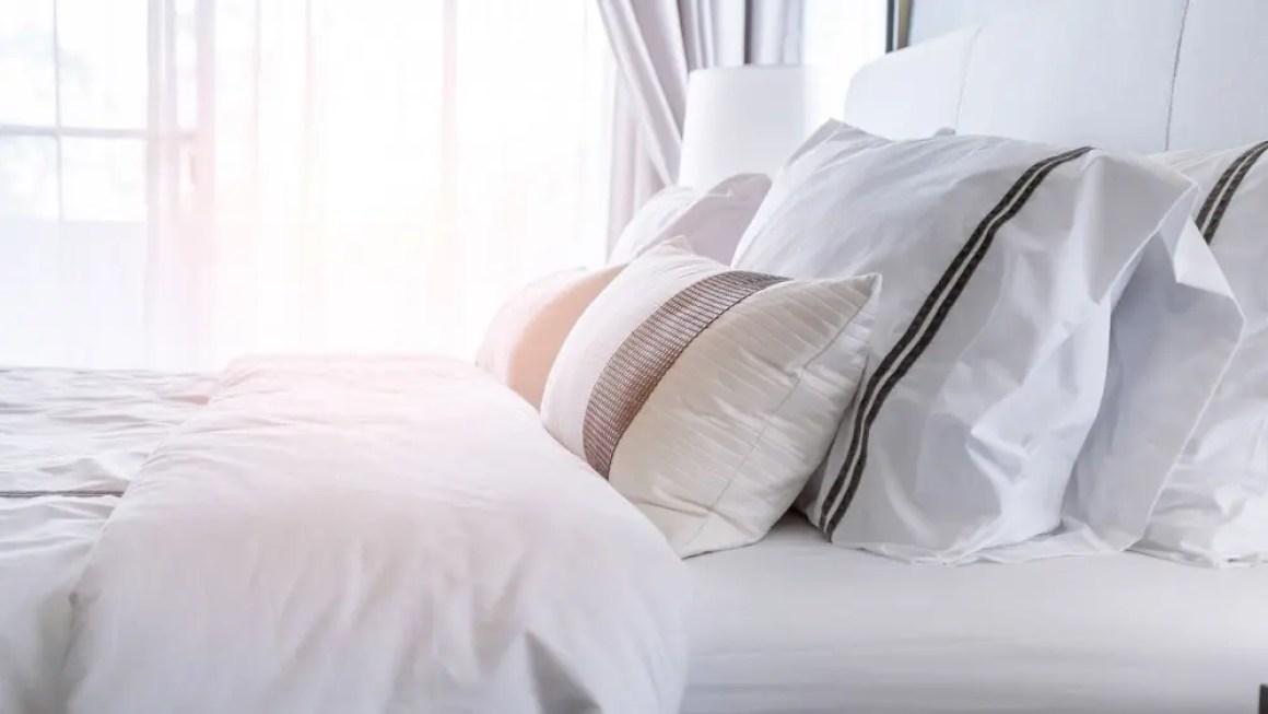 Кровать снабжена свежим высококачественным постельным бельем и пушистыми подушками.