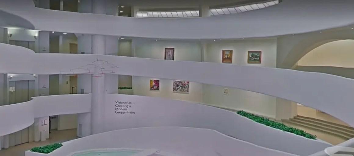 Вид на несколько изогнутых уровней в художественной галерее Гуггенхайма.