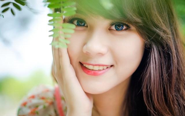 blue-eyed_girl_face_smile_66078_1920x1200