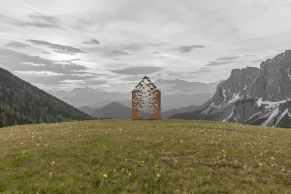 """Atelier Poem: Alice Cecchini & Roman Joliy, """"La casa della narrativa"""", 2021, installazione ambientale, location Forcela de Furcia."""