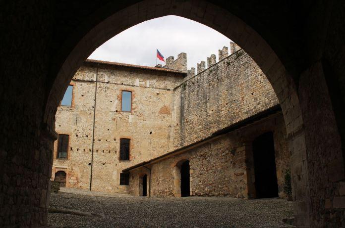 castelli in lombardia rocca di angera