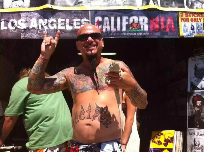 وشم الرجل أمام لوس انجليس لافتة عقد السحلية