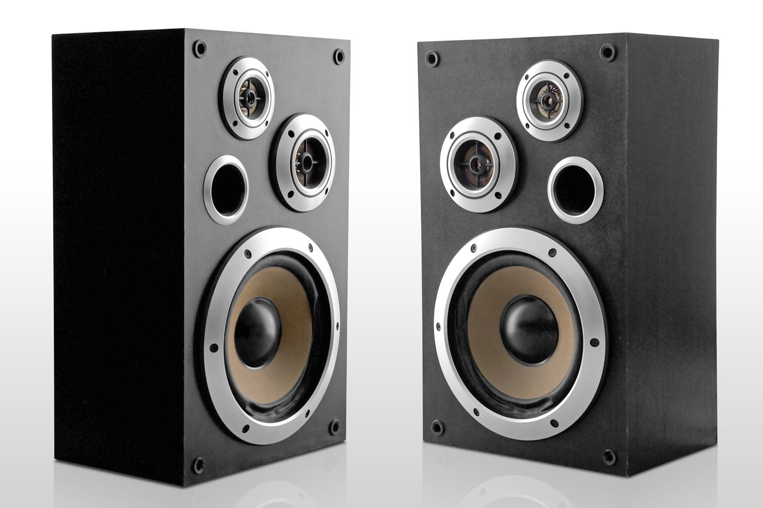 hight resolution of a pair of 3 way loudspeakers with a port