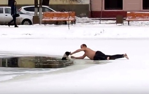 11-28-16-russian-man-saves-biting-dog-from-drowning-in-icy-pond3