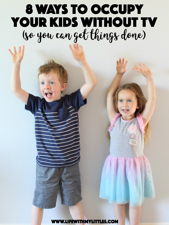 It can be hard to find time to get things done as a mom! Here are 8 ways to occupy your kids without TV that are free, easy, and require minimal supplies!