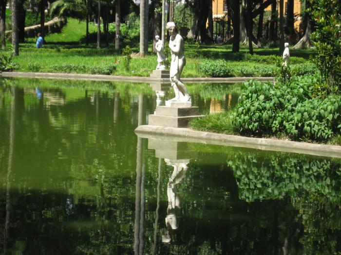 Estátuas representando as estações do ano