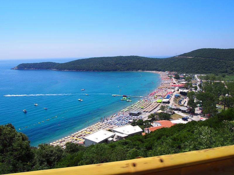 Budva Montenegro - Vista da Jaz Beach a partir da rodovia
