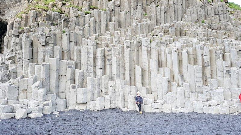 viagem islandia reynisfjara - parede escada de basalto