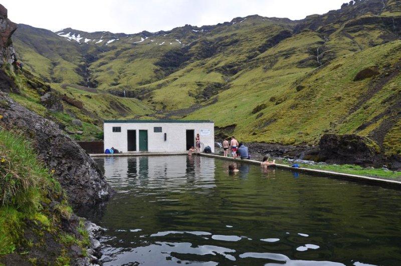 viagem islandia seljavallalaug - piscina aberta no meio das montanhas da islandia
